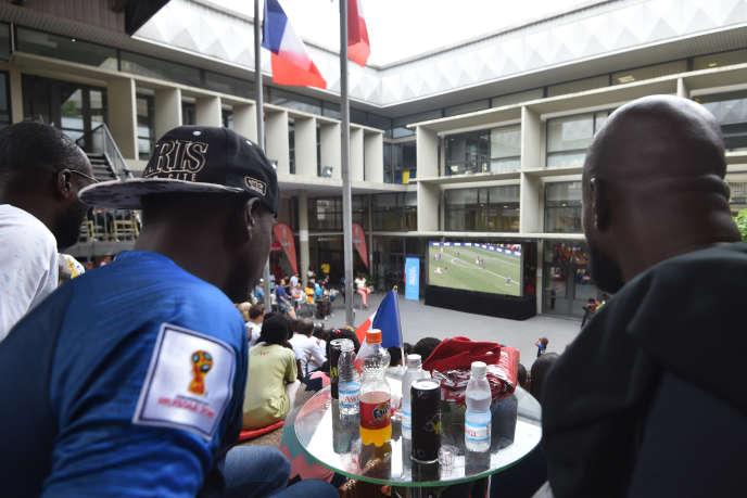Des supporteurs regardent la finale de la Coupe du monde, le 15 juillet 2018, à l'institut français d'Abidjan.