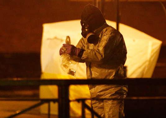 Des urgentistes travaillent près du banc où Sergueï Skripal et sa fille ont été retrouvés empoisonnés, à Salisbury (Angleterre), le 13 mars.