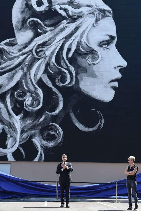 Le président Macron, le 19 juillet, à Périgueux, devant la fresque murale, oeuvre d'Yseult Digan, qui a inspiré le nouveau timbre d'usage courant à l'effigie de«Marianne».