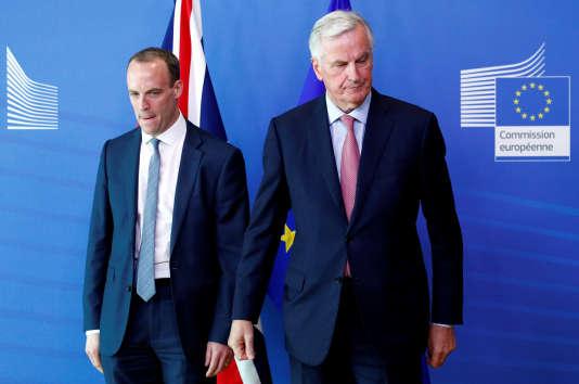 Le ministre du Brexit britannique, Dominic Raab (à gauche), et Michel Barnier, négociateur en chef du Brexit pour l'Union européenne, à Bruxelles, le 19juillet2018.