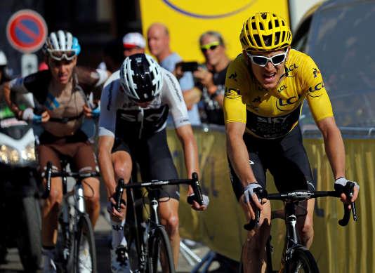 Le leader de l'équipeest celui qui baisse la tête et ne porte pas le maillot jaune.
