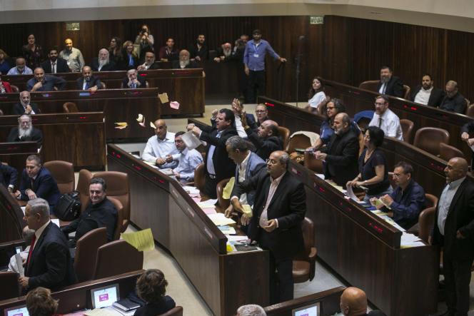 Des députés arabes israéliens protestent contre l'adoption d'une loi définissant Israël comme« foyer national du peuple juif» jeudi 19 juillet.