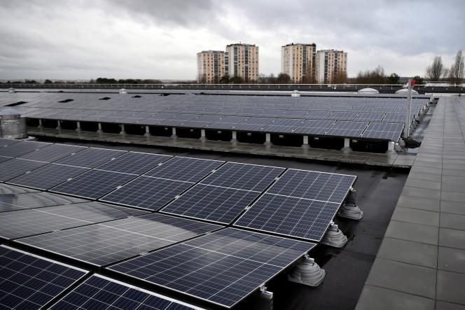 En 2017, le toit du réservoir d'eau potable de L'Haÿ-les-Roses, au sud de Paris, a été équipé de de panneaux photovoltaïques pour produire de l'électricité.