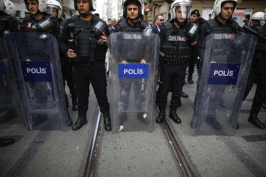 La police turque en faction près de la place Taksim, à Istanbul, en avril.