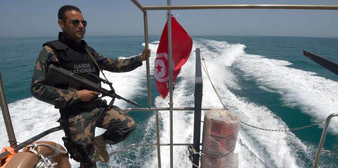 Une patrouille de la garde nationale tunisienne à la recherche de navires transportant potentiellement des migrants, au large du port de Zarzis, au sud de la Tunisie, en mai 2015.