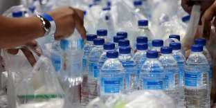 FILE PHOTO: Plastic bags and bottles are given out during an event in Singapore, April 28, 2018. Picture taken April 28, 2018. REUTERS/Feline Lim/File Photo