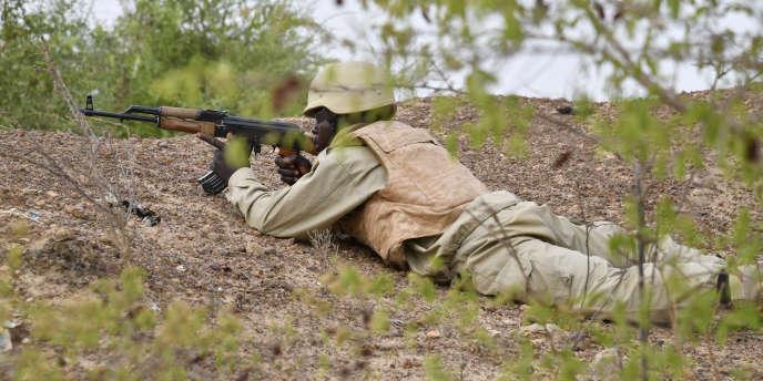 Un soldat burkinabé s'entraîne dans un camp militaire près de Ouagadougou, le 13 avril 2018.