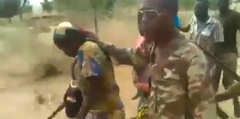 Capture d'écran de la vidéo de l'exécution de deux femmes et de leurs enfants par des soldats présumés de l'armée camerounaise.