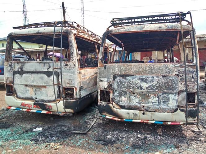 Des cars incendiés à Buéa, dans le Sud-Ouest camerounais, après des affrontements le 10 juillet 2018.