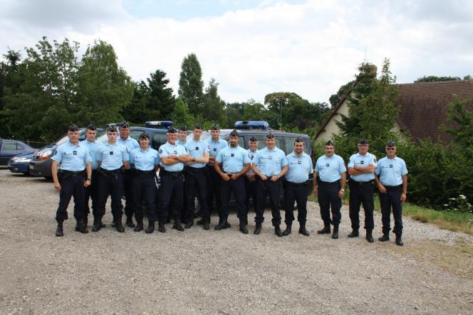 Sébastien Lecornu (4ème à partir de la droite) et Alexandre Benalla (7ème à partir de la droite), lors d'une opération de la réserve opérationnelle de la gendarmerie, au début des années 2010.