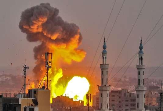 Une bombe israélienne explose à Gaza le 20 juillet.
