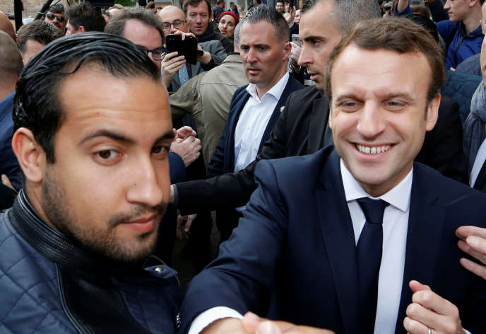 Alexandre Benalla aux côtés d'Emmanuel Macron, le 5 mai 2017, à Rodez (Aveyron).