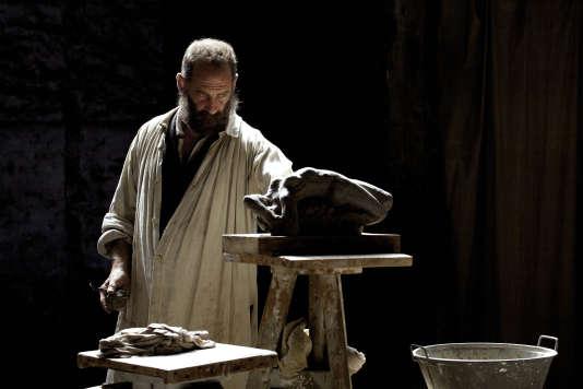 Rodin, incarné par Vincent Lindon, dans son atelier.