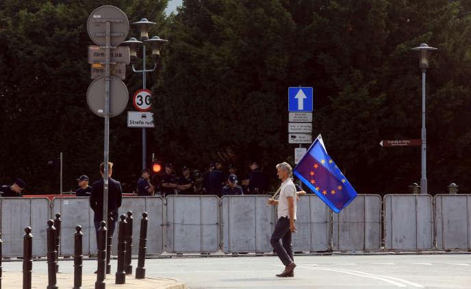 Un manifestant devant le Parlement polonais, à Varsovie, le 20 juillet.