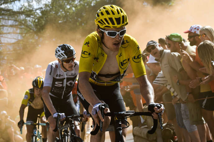 Geraint Thomas suivi de Christopher Froome dans l'ascension de l'Alpe d'Huez, le 19 juillet.