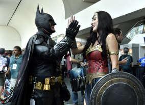Comme chaque année, les cosplayeurs sont légion et revêtent les costumes de leurs héros préférés. Batman et Wonder Woman font partie des super-héros les plus populaires.