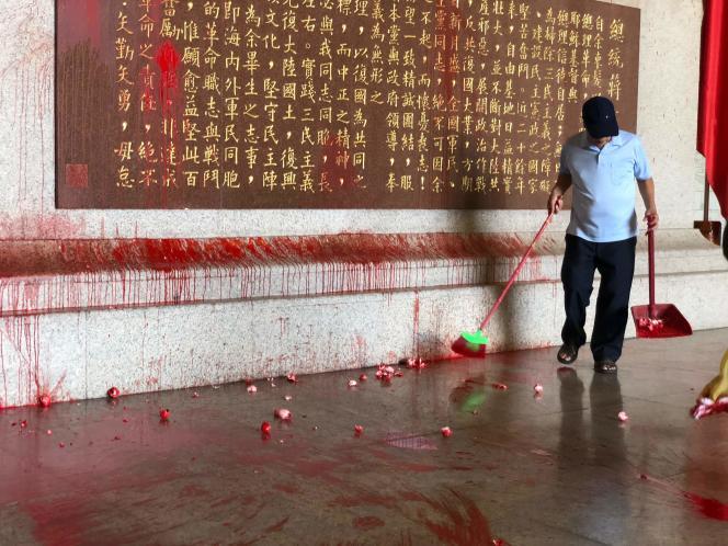 Le mausolée de Tchang Kai-chek à Taipei, vandalisé le 20 juillet. Une autre action de ce type avait été menée en février par un groupe indépendantiste.