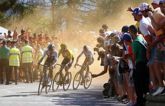 Trois cyclistes de la Sky, Egan Bernal, Geraint Thomas (maillot jaune) et Christopher Froome, en route vers l'Alpe-d'Huez, jeudi 19 juillet.