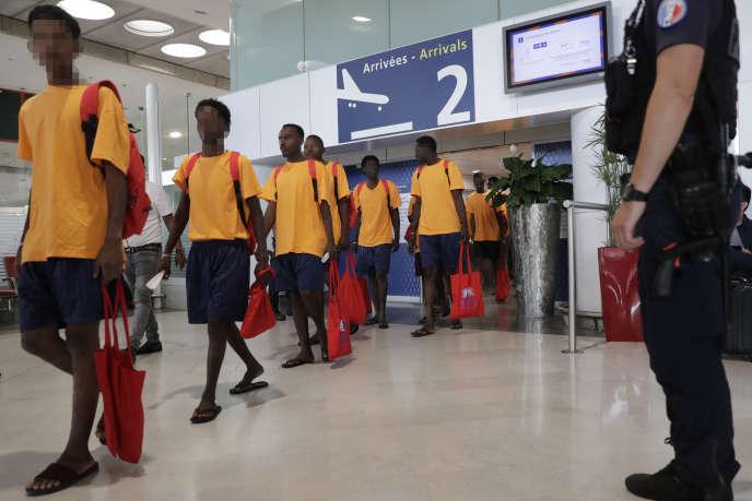 Des migrants quittent le hall de l'immigration à l'aéroport Roissy-Charles de Gaulle, près de Paris, le 5 juillet.