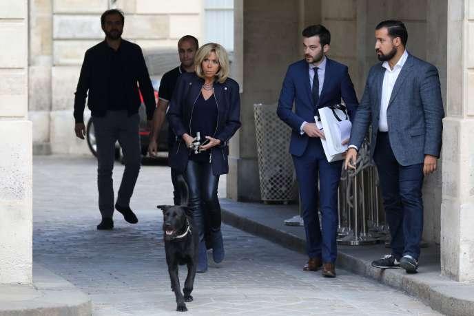 Brigitte Macron et Alexandre Benalla (à droite), le 12octobre 2017.