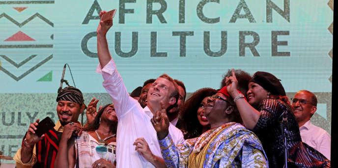 Le président français Emmanuel Macron pose avec les artistes Femi Kuti, Youssou N'Dour et Angelique Kidjo au New Afrka Shrine de Lagos, au Nigeria, le 3 juillet 2018.