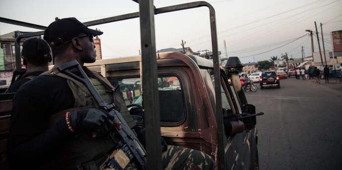 Des soldats camerounais patrouillent dans les rues de Buéa, dans le Sud-Ouest, en avril 2018.