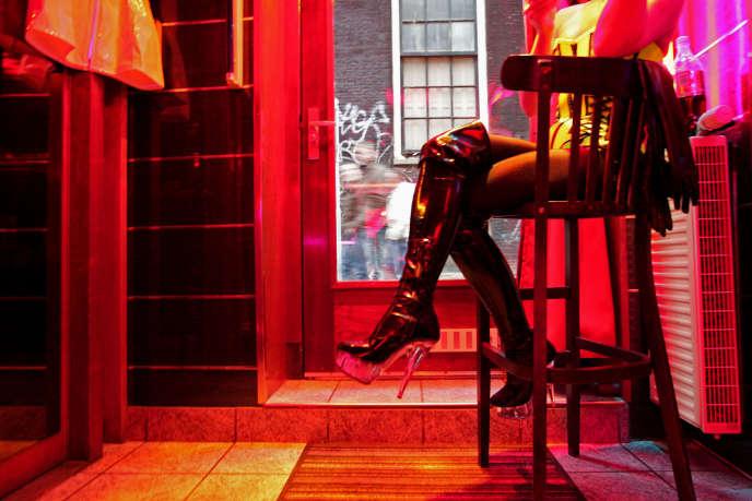 Dans le Quartier rouge d'Amsterdam, des badauds veulent immortaliser l'image d'une de ces travailleuses du sexe. Bien que derrière une vitrine, les personnes qui se prostituent n'apprécient guère ces touristes qui se croient au zoo.