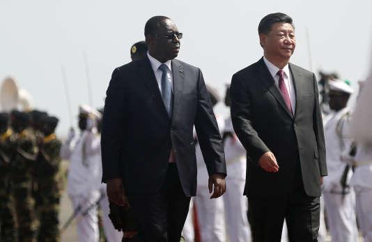 Xi Jinping aux côtés de son homologue sénégalais Macky Sall, à l'arrivée du dirigeant chinois sur le tarmac de l'aéroport Leopold Sedar Senghor à Dakar, le 21 juillet.