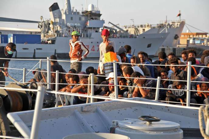 Des migrants à leur arrivée à Tripoli après avoir été secourus par les gardes-côtes libyens, le 12 juillet.