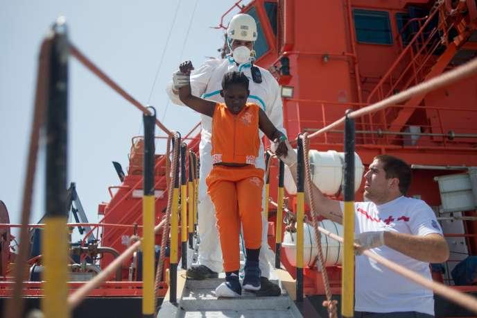 Des membres de la Croix-Rouge aident une jeune fille migrante à débarquer, àAlgeciras, en Espagne, le 21 juillet.