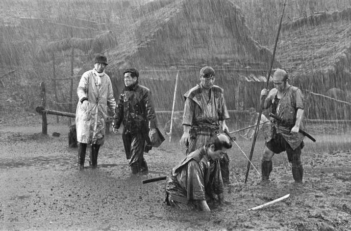 Sur le tournage du film « Les Sept Samouraïs» d'Akira Kurosawa.
