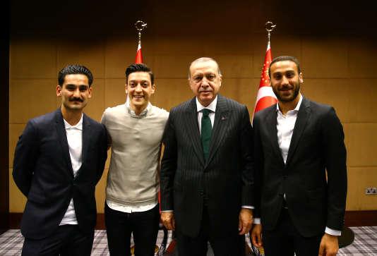 Le fameux cliché sur lequel MesutÖzil et son compatriote Ilkay Gündogan posent aux côtés du chef de l'Etat turc,Tayyip Erdogan, le 13 mai 2018.