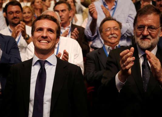 Pablo Casado (à droite), aux côtés de l'ancien premier ministre conservateur, Mariano Rajoy, est applaudi lors de son élection, le 21 juillet.