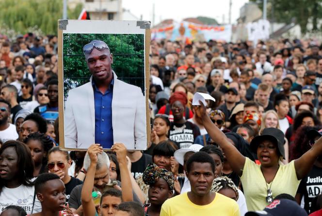 Un portrait d'Adama Traoré lors de la manifestation, à Beaumont-sur-Oise, deux ans après la mort du jeune homme entre les mains des gendarmes.