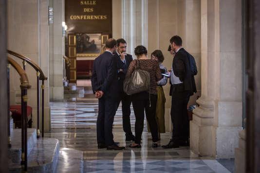 Dans le couloir à coté de l'Hémicyle, Christophe Castaner,secrétariat d'Etat chargé des relations avec le Parlementdiscute, le 21 juillet.