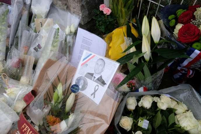 Des bouquets en hommage au lieutenant-colonel de gendarmerie, Arnaud Beltrame, devant la gendarmerie de Carcassonne, le 25 mars.