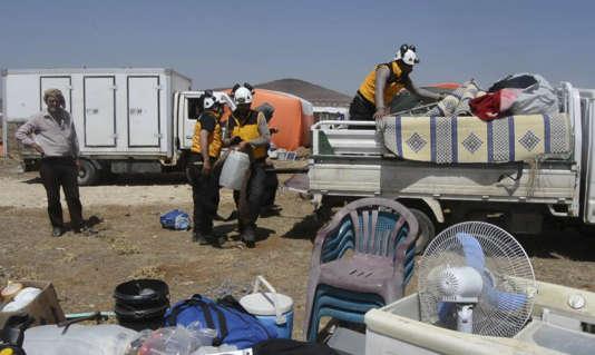 Des membres de la défense civile syrienne aident des habitants de Deraa ayant fuyant les bombardements, à Qouneitra, le 28 juin. Photo diffusée par les casques blancs.
