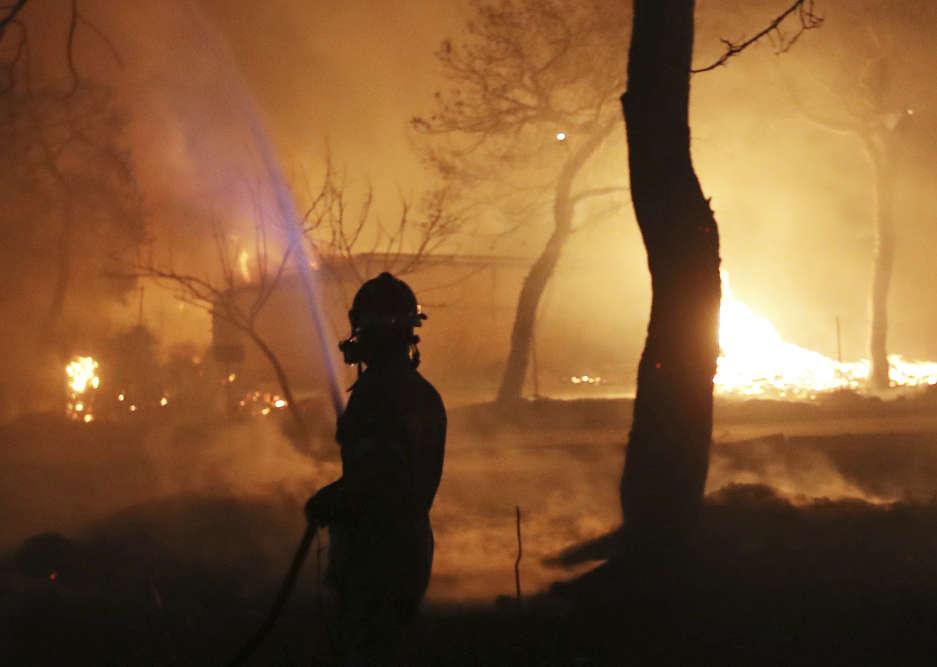 Un groupe de 26 personnes carbonisées a été découvert mardi matin dans la cour d'une villa de Mati, localité balnéaire sur la côte orientale de l'Attique – à 40 kilomètres au nord-est d'Athènes –, a annoncé un responsable de la Croix-Rouge.