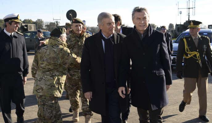Mauricio Macri (à droite) avec le ministre de la défense argentin, Oscar Raul Aguad, sur un site militaire près de Buenos Aires, le 23 juillet.