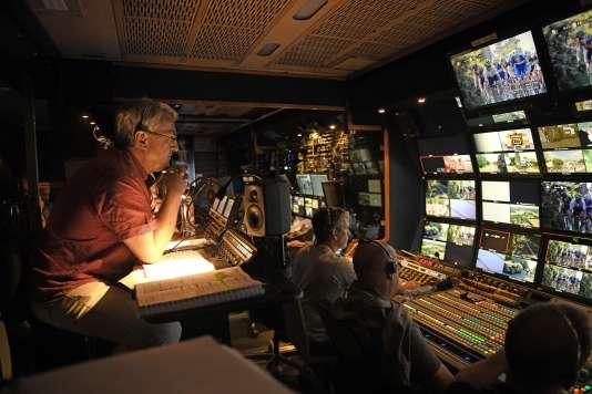 Jean-Maurice Ooghe, réalisateur du Tour de France, dans le car régie de France Télévisions.