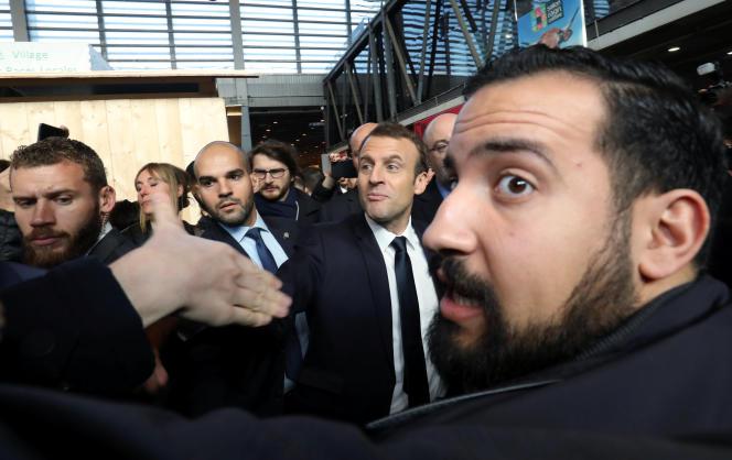 Alexandre Benalla au côté d'Emmanuel Macron, lors du salon de l'agriculture, le 24 février 2018.