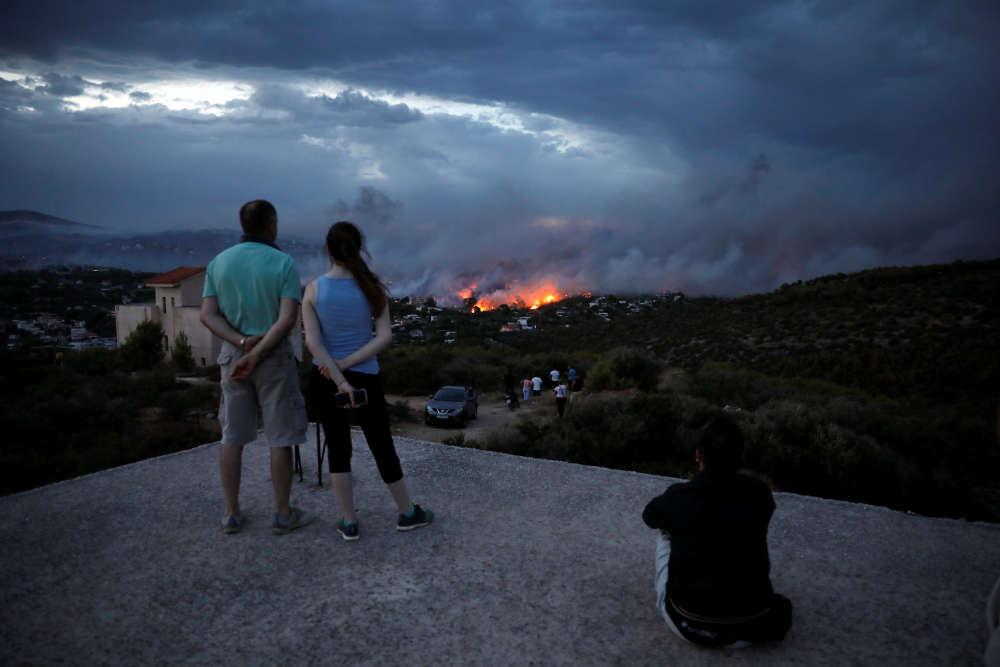 A Rafina, près de Mati, le 23 juillet. Qualifié de«tragédie nationale»par les médias du pays, le feu, parti du mont Pendeli attisé par des vents de 100km/h, s'est rapidement propagé et a envahi Mati,à 40kilomètres d'Athènes, détruisant des centaines d'habitations.Les résidents, paniqués, ont fui en direction de la plage proche, où plusieurs d'entre eux ont dû rester plusieurs heures.