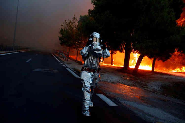 « L'heure est à la lutte contre les flammes », avait déclaré le premier ministre, Alexis Tsipras, après avoir présidé une réunion de crise, évoquant une nuit de lundi à mardi «difficile ».