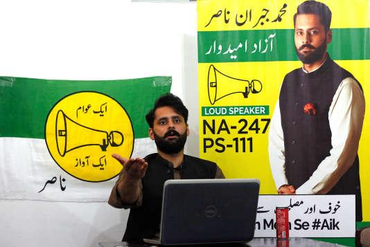 Jibran Nasir, candidat aux élections générales pakistanaises, à Karachi, le 23 juillet.