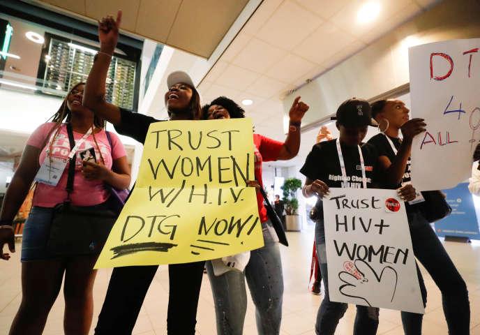 A la conférence d'Amsterdam, le 23 juillet, des femmes demandent un meilleur accès aux traitements contre le VIH en Afrique.