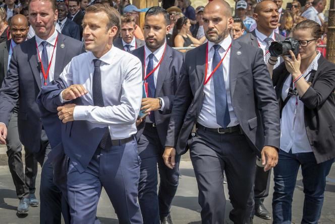 Emmanuel Macron, président de la République, préside le défilé militaire accompagné d'Alexandre Benalla, le 14 juillet, à Paris.