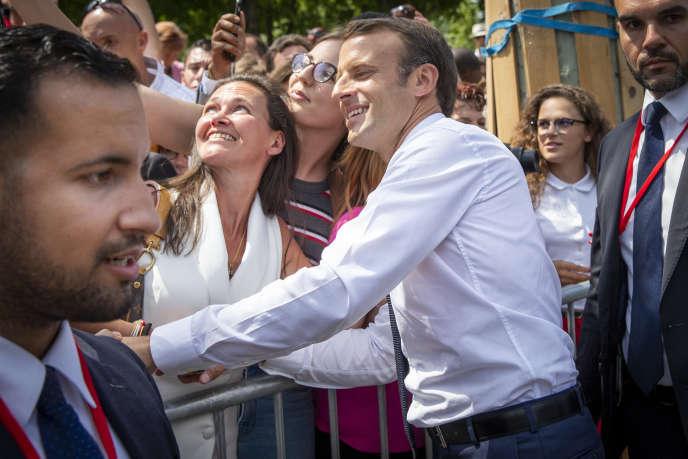 Emmanuel Macron, président de la République, préside le défilé militaire accompagné d'Alexandre Benalla. Samedi 14 juillet 2017, sur les Champs Elysées à Paris.