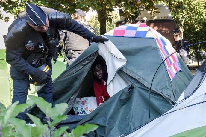 Lors de l'évacuation du square Daviais, le lundi 23 juillet à Nantes.