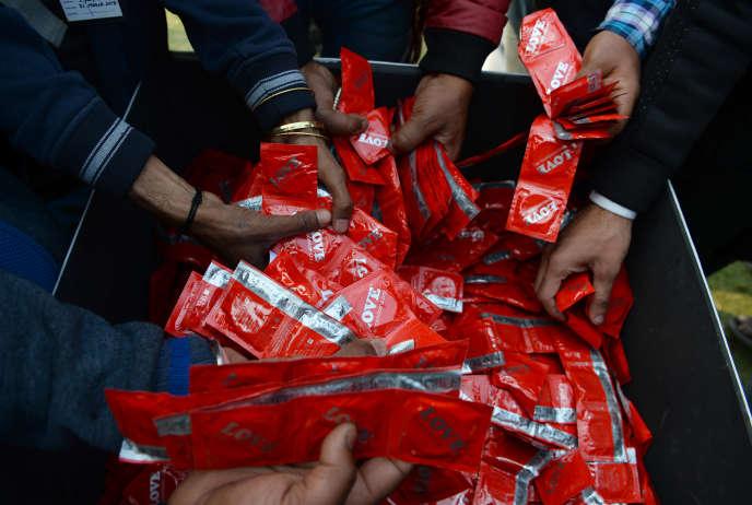 Une distribution de préservatifs à New Delhi, en Inde, le 13 février.