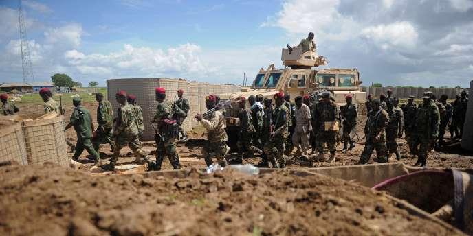 Des soldats somaliens entrent dans la base militaire de Bar-sanguni, en juin 2018.